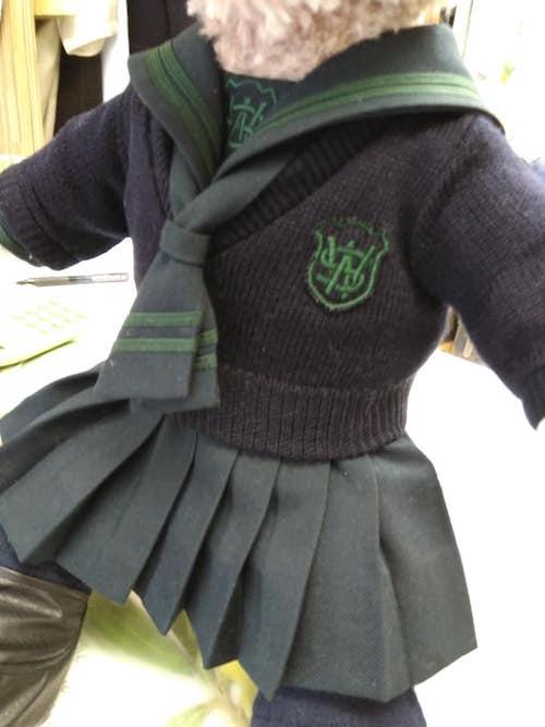 人形のブラウスとスカート