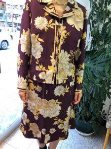 シルクのオーダーメイドの服を着る女性