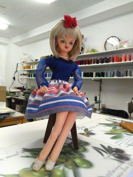 ブルーの洋服のお人形