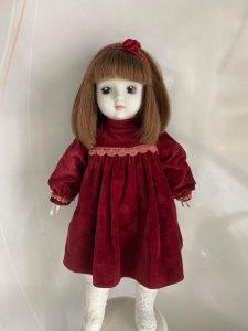 カチューシャをつけた人形