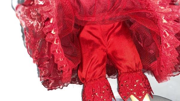 アフター アンダースカート(パニエ)とアンダーパンツも赤で揃えたました。レースの間からも赤が覗くように、こだわりました。